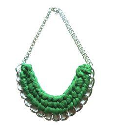 Maxi Collar verde esmeralda. Perfectos para los looks más chic, los collares en formato XL se convierten en auténticos imprescindibles esta temporada 2013. http://Alltrendy.es