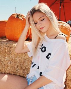The prettiest prize in the pumpkin patch. (Look at those luscious thighs! Actresses With Black Hair, Photography Poses Women, Loren Gray, Famous Girls, Cute Girl Photo, Cute Girl Outfits, Foto Pose, Young Models, Blonde Beauty