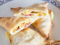 Frühstücks-Calzone mit Ei und Mozzarella