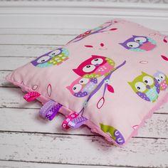 Mała podusia do wózka, na podróż - sówki z różowym w Urocze Dodatki na DaWanda.com