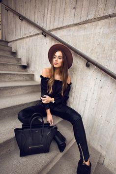 Bloggerin Kenzas im schwarzen all-over Look mit Off-Shoulder Bluse