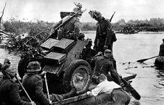Cruze o rio    Soldados alemães transportar um PaK 35/36 arma anti-tanque de 37 mm de barco de borracha inflável em frente ao rio Meuse na Holanda.