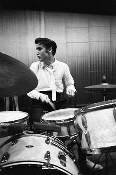 Elvis Plays Drums On June 30, 1956, during a break between the early and late performances for The Elvis Presley Show at the Mosque Theatre in Richmond, Va., Presley relaxed by playing the drums. He also was interviewed by a local newspaper reporter. Elvis Presley Young, Elvis Presley Pictures, Young Elvis, June 30, Drummers, Rock And Roll, Vintage Drums, How To Play Drums, King Creole
