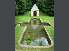Sito dell'abbazia di Élan: Cappella di San Roger si specchia nelle acque del bacino - France-Voyage.com