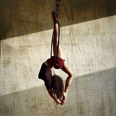 'esprit s'enrichit de ce qu'il reçoit, le cœur de ce qu'il donne. #flexiblegirl #flexibility #aerialhoop #aerialiste #aerial #flexible Aerial Gymnastics, Aerial Dance, Aerial Hoop, Aerial Arts, Aerial Silks, Pole Dance, Armpit Fat, Circus Art, Contortion
