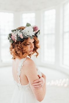 Curly ginger hair and makeup by Jemmanen. Dress by Heidi Tuisku. Photo by DMK Photography. Flowerwreath by kukkapalvelu freesi.