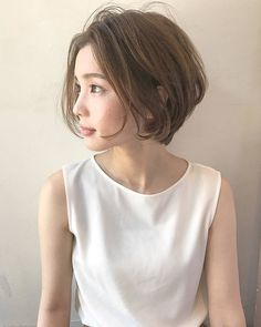 New Hair Styles Short Curly Hair Round Faces Ideas Middle Part Hairstyles, Hairstyles For Round Faces, Short Bob Hairstyles, Pretty Hairstyles, Girl Short Hair, Short Curly Hair, Short Hair Cuts, Medium Hair Styles, Curly Hair Styles