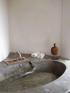 Dans une maison minimaliste d'Ibiza (Espagne), la salle de bain propose une baignoire en béton ciré pour un design industriel étrangement naturel et épuré. http://decoholic.org/2013/04/03/minimalist-yet-comfy-house-in-ibiza-spain/