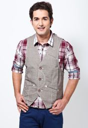 grey coloured waistcoat from the house of Derby. Made of 100% cotton, this waistcoat will keep you comfortable and sweat free all day long. Featuring slim fit, this waistcoat will look perfect when teamed with a solid white coloured shirt.
