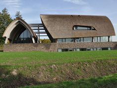 Modern landhuis gebogen dak in riet iroko spanten - IBOC Green Architecture, Landscape Architecture, African Interior Design, Pavilion Design, Thatched Roof, Unusual Homes, Dream House Plans, Modular Homes, Cozy House