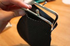 Pussukka ohje 5 Sewing Hacks, Sewing Tutorials, Frame Purse, Diy Purse, Pouch, Wallet, Leather Satchel, Satchel Bag, Couture