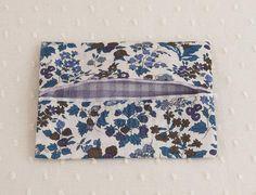 ブルーやカーキの落ち着いた色合いの花がらと紫のギンガムチェックを合わせたティッシュケース。/リバティプリントがかわいい秋の布小物(「はんど&はあと」2011年9月号)