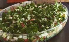 Te comparto esta receta de ensalada libanesa, auténtica muy utilizada en Palestina, Síria y Líbano. Es una ensalada sencilla de elaborar, fresca y muy digestiva. Cuanto más frescos sean los ingredientes mejor resultado ofrece esta ensalada árabe.