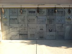 Fun to make a mausoleum of the class at Halloween (mausoleum garage door) Halloween Prop, Halloween Outside, Halloween Tombstones, Halloween Graveyard, Outdoor Halloween, Halloween Projects, Holidays Halloween, Halloween Decorations, Halloween Ideas