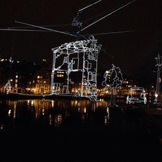 Fiets je een Amsterdams bruggetje op, kijk je naar rechts en dan zie je dit: Drawn in Light van Ralf Westerhof. Heb jij ook zo genoten van het Amsterdam Light Festival? ...