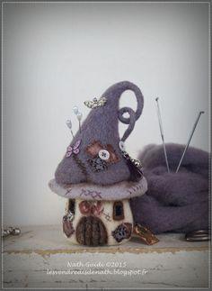 Maisonnette pique-aiguilles en laine feutrée nuance mauve et grise : Accessoires de maison par les-vendredis-de-nath