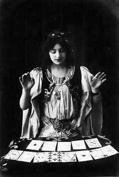26 Lovely Photos of Young Girls as Fortune Tellers From the Late to Early Centuries ~ vintage everyday Vintage Gypsy, Look Vintage, Vintage Photos, Vintage Ladies, Framing Photography, Vintage Photography, Art Du Cirque, Vintage Tarot Cards, Gypsy Fortune Teller