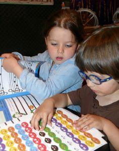 Coller des notes colorées pour un solfège ludique! http://www.letoutpetitconservatoire.com/