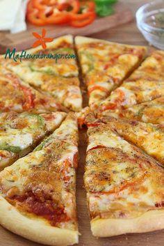 Tout est fait maison dans cette pizza, que ça soit la pâte, ou la sauce. Certes c'est plus simple d'utiliser une pâte du commerce déjà prête mais une pâte à pizza faite maison est meilleure surtout si vous avez une bonne recette ! Justement, la voilà...