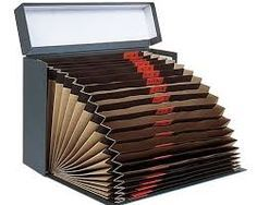 Resultado de imagen de carpeta de fuelle Cardboard Box Crafts, Cardboard Furniture, Diy Arts And Crafts, Easy Crafts, Makeup Room Diy, Diy Paper, Paper Crafts, Mini Albums, Letter Folding