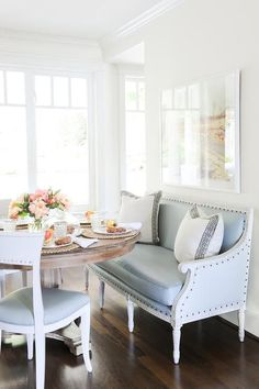 Dining Room Trends and Tips - Lindsay Hill Interiors Dining room decor // Love the mix of bench + chairs for this round table Kitchen Banquette, Banquette Seating, Kitchen Nook, Kitchen Dining, Kitchen Ideas, Table Design, Dining Room Design, Sofa Design, Interior Design
