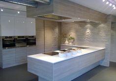 Studio Lome WYSPA W KUCHNI  Beże, biel, drewno oraz efektowna wyspa nadają wnętrzu ciepła i prostoty.