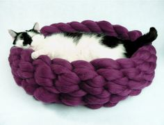 ************************************************* Si vous cherchez un mignon, confortable et ce qui est plus important - lit confortable pour votre chat ou votre chien, ne regardez aucuns plus. Vous venez de le trouver! Notre lit pour chien est faite de laine naturelle, qui vient tout droit de la ferme de mouton sans cruauté. Il est très doux au toucher et 100 % naturel. Nos chats adore. Taille approximative Taille S diamètre de 18 pouces (46 cm) Taille M diamètre de 22 pouces (56 cm) T...