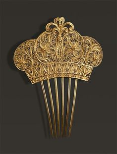 Comb of gold filigree crown Check out the website to see Filigree Jewelry, Gold Filigree, Antique Jewelry, Vintage Jewelry, Vintage Hair Accessories, Vintage Hair Combs, Bridal Accessories, Victorian Hairstyles, Vintage Hairstyles