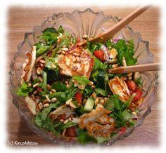 Halloumi-pinjansiemen-salaatti.