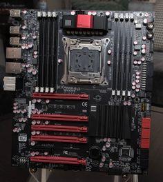 Ein X99-Mainboard von EVGA - Bei v3 sind jedoch neue Leitungen für den neuen DDR4-Speicher nötig. Wie beim bisherigen LGA2011 werden aber weiterhin acht Module unterstützt, bei den anderen Haswell-Chipsätzen für Desktop-PCs sind es nur vier. Mit den derzeit verfügbaren 8-GByte-Modulen sind somit beispielsweise mit dem Core i7-5960X schon 64 GByte möglich, was aber schon seit Sandy Bridge-E der Fall war.