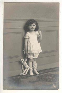 FOTO AK MÄDCHEN MIT PUPPE OHNE KLEIDER UND PERÜCKE 1916