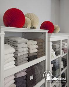 Dettaglio di una decorazione a nido d'ape utilizzata per decorare un'area casa calda. L'alta qualità del prodotto permette di utilizzarlo anche appoggiato. Ampia disponibilità di colori, materiale ignifugo.