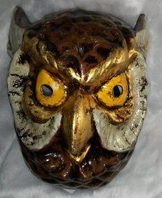 Auténtica máscara veneciana (venetian mask) realizada a mano en papel maché o metal , pintadas en colores metálicos , adornados con pedrería y acabados con toques de colores de perlas. See more details at http://www.lacasadelocio.es/tienda-online/carnaval-mascaras.html