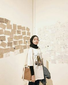 Tips mengenakan kaos pendek untuk hijabers – N&D - Hijab fashion Modern Hijab Fashion, Street Hijab Fashion, Hijab Fashion Inspiration, Muslim Fashion, Look Fashion, Fashion Outfits, Latest Fashion, Fashion Purses, Fashion Killa