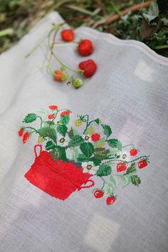 "Strawberries - from acufactum book ""Schwedesommer"", Natural Belfast Linen, DMC"