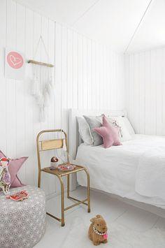 déco chambre fille ado - des coussins en rose pastel et une chaise en métal doré