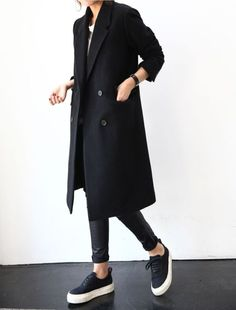 The latest in trends, street style, and editorials. Mode Outfits, Casual Outfits, Hijab Casual, Winter Outfits, Casual Shoes, Look Fashion, Winter Fashion, Fashion Black, Fashion Coat
