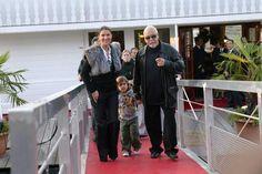 Les Dion-AngelilCéline Dion et son mari René Angelil accueillent leur premier enfant, René-Charles, en 2001.