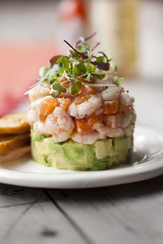 Northern shrimp tartare, salmon trout and avocado - Châtelaine Seafood Recipes, Appetizer Recipes, Appetizers, Easy Cooking, Cooking Recipes, Healthy Snacks, Healthy Recipes, Food Presentation, Sushi