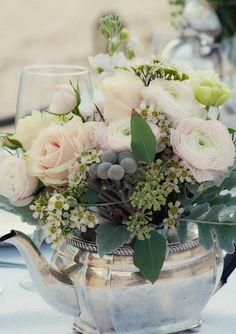 idea centro de mesa. tetera plateada con flores