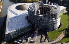 La sede del Parlamento europeo di Strasburgo è composta da due edifici: uno che ospita il grande emiciclo mentre il secondo, che si trova al centro, ospita gli uffici dei parlamentari.  La struttura in vetro e metallo costruita sulle rive dell'Ill(affluente del fiume Reno), contiene 2650 uffici, 47 sale conferenze, sette emicicli ed è costata 600 milioni di euro.  Condividete e seguiteci su:  http://momentoingegneria.wordpress.com/