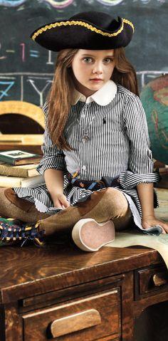 La rentrée : des rayures graphiques et une jupe évasée amusante viennent égayer cette robe-chemise en popeline de coton. La ceinture gros-grain contrastée et notre poney distinctif brodé complètent ce look vibrant.