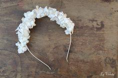Delicada diadema de hortensias blancas naturales. Las flores están tratadas para que permanezcan muchísimo tiempo como el primer día.