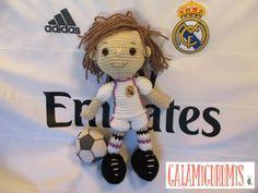 http://www.galamigurumis.com/patron-del-futbolista-amigurumi/    patrón gratis