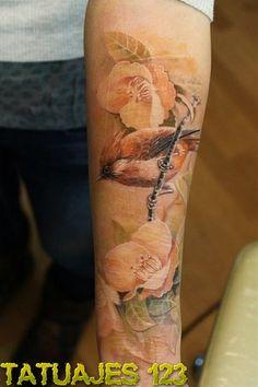 Tatuaje realista de pájaro posado en la rama