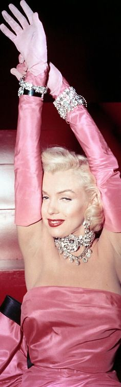 Marilyn Monroe with a stunning necklace...