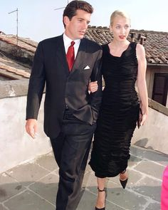 """Carolyn Bessette Kennedy HD on Instagram: """"• •August 8, 1998 •Bracciano 🇮🇹 •The Kennedy couple were in the medieval Italian town of Bracciano as guests at the marriage of JFK's old…"""" John Kennedy Jr., Los Kennedy, Carolyn Bessette Kennedy, Caroline Kennedy, John John, Jaqueline Kennedy, John Junior, Jfk Jr, Formal Looks"""