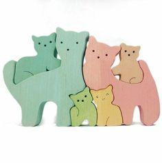 Семейство кошечек. Цветное.. Дружное семейство милых кошечек.  Папа, мама и четверо задорных котят.        Игрушка экологичная, крепкая , долговечная. Изготовлена из 16мм массива берёзы, покрыта немецкими маслами 'Биофа' на натуральной основе.