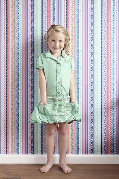 """Diese wunderschöne und farbenfrohe Tapete von Rasch Textil aus der Kollektion """"Pretty Nostalgic"""" lässt uns den Sonnenschein genießen."""