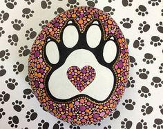 Een hond is het enige op aarde die van je houdt meer dan hij houdt van zichzelf. - Josh Billings Voor hondenliefhebbers overal! Geïnspireerd door mijn liefdevolle hond Pepper, een mooie gered ziel als er een ooit Puppy Paw stenen mijn eerbetoon aan alle honden overal zijn en het gladde oppervlak van deze stenen dergelijke een prachtig natuurlijke oppervlak is Tekenoppervlakken. Ontworpen in een mooie mix van sinaasappelen, roze en paars op een oneven gevormde stenen, deze pup Paw steen…